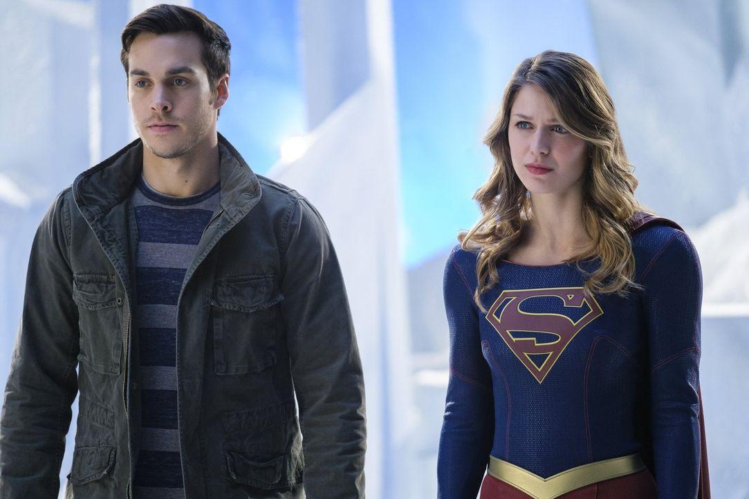 Wird es Mon-Els (Chris Wood, l.) Mutter gelingen, ihren Sohn und Supergirl (Melissa Benoist, r.) erneut auseinander zu bringen? - Bildquelle: 2016 Warner Brothers