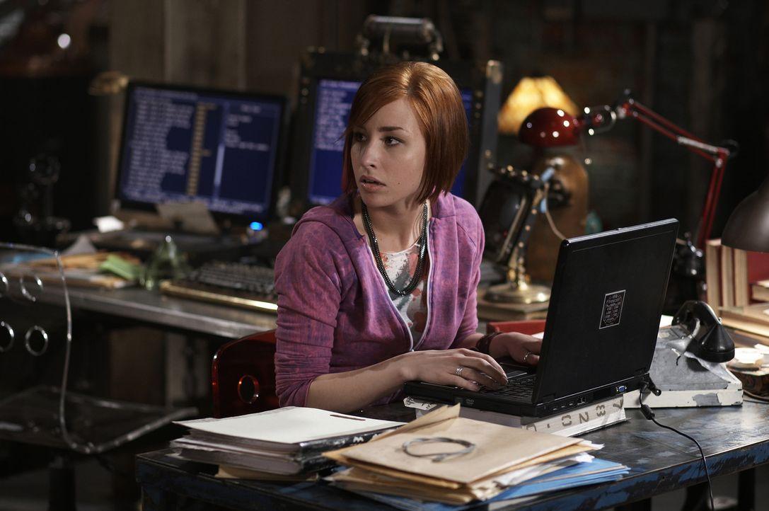 Sie bringt ihren Chef Artie sehr oft an den Rand der Verzweiflung: Nachwuchs-Agentin Claudia (Allison Scagliotti) ... - Bildquelle: Ken Woroner SCI FI Channel
