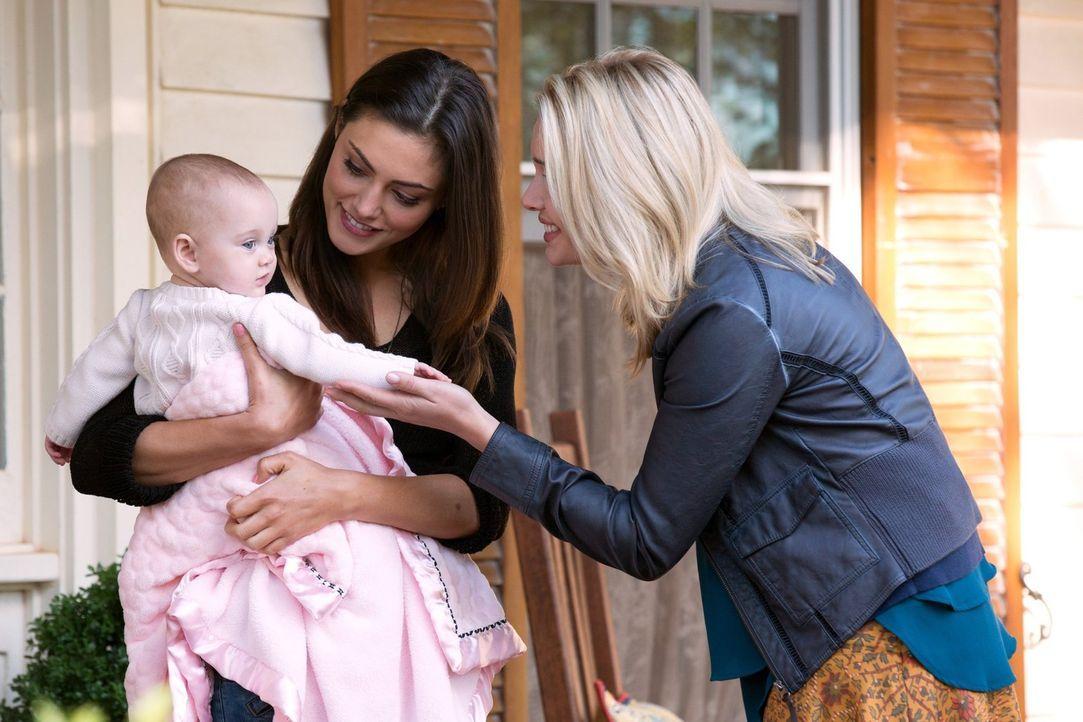 Als Cami (Leah Pipes, r.) auf Hayley (Phoebe Tonkin, l.) und die kleine Hope trifft, kann sie nicht glauben, was sie sieht. Doch das scheinbare Glüc... - Bildquelle: Warner Bros. Television