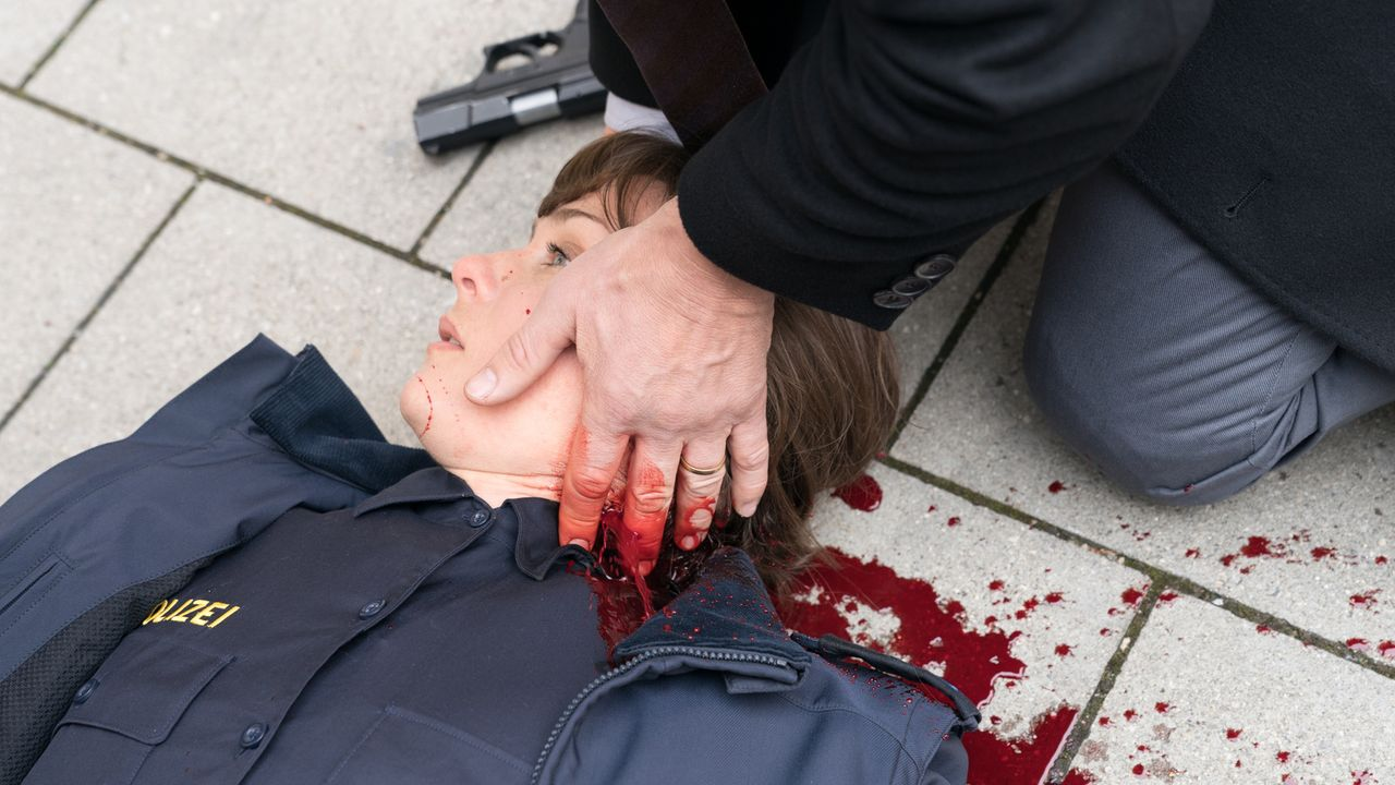 Bei einer unübersichtlichen Verfolgungsjagd fallen Schüsse, die die Polizeibeamtin Victoria Witt (Kathrin von Steinburg) tödlich treffen und ihren b... - Bildquelle: Marc Reimann SAT.1/Marc Reimann