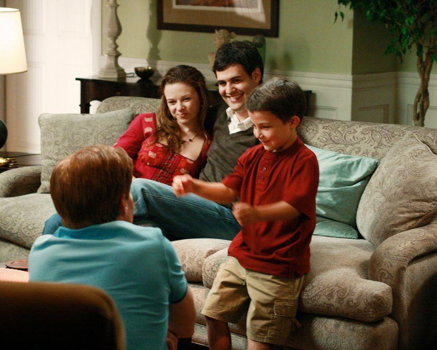 Endlich kommen Danielle (Joy Lauren, 2.v.l.), Leo (Andrew Leeds, 2.v.r.) und Benjamin (Jake Soldera, r.) zu Besuch zu Bree und Orson (Kyle MacLachla... - Bildquelle: ABC Studios