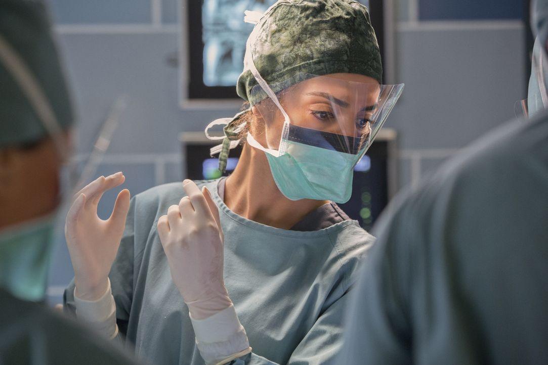 Können Gina (Necar Zadegan) und ihre Kollegen die junge Frau, die bei einem Verkehrsunfall schwer verletzt wurde, retten? - Bildquelle: Jack Rowand 2012 The CW Network, LLC. All rights reserved.