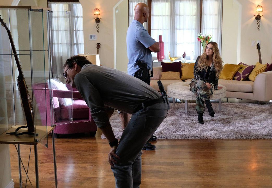 Nachdem jemand versucht hat, den Popstar Shaye (Joanna 'JoJo' Levesque, r.) zu töten, zeigt sich die Sängerin bei einer Befragung auffällig unkooper... - Bildquelle: Warner Brothers