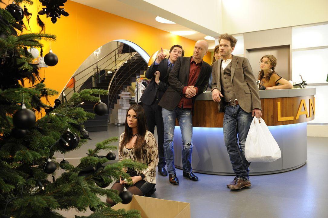 Paloma und Enrique werden von Bruno gezwungen die Deko des traditionellen Lanford Weihnachtsbaums gemeinsam  zu übernehmen. Zunächst sieht es so a... - Bildquelle: SAT.1