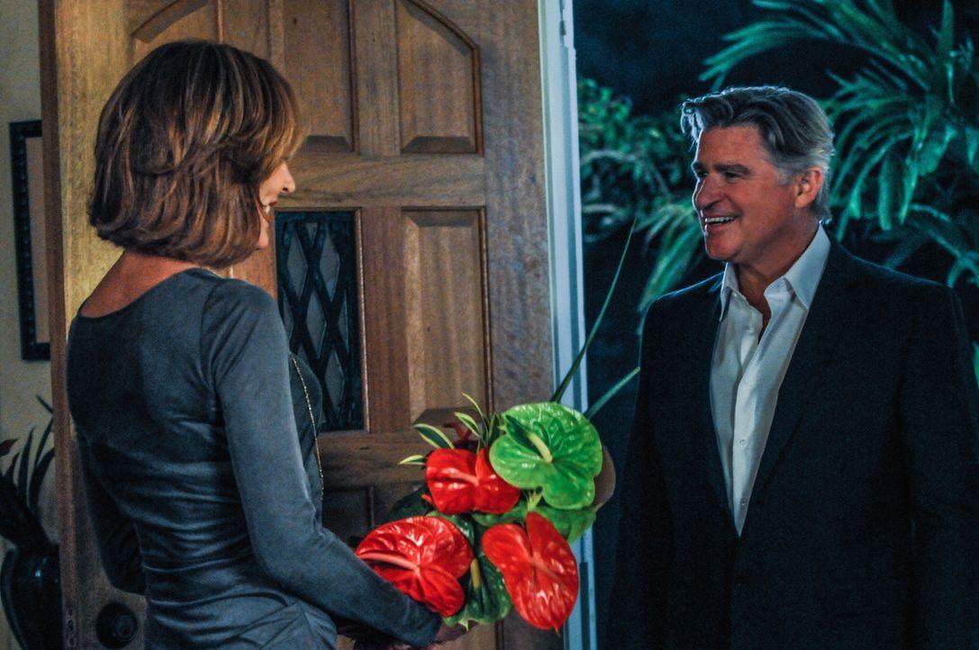 Steve lässt seine Mutter (Christine Lahti, l.) von einem Privatdetektiv (Treat Williams, r.) beschatten, während das Team einen neuen Fall aufklären... - Bildquelle: 2013 CBS Broadcasting, Inc. All Rights Reserved.