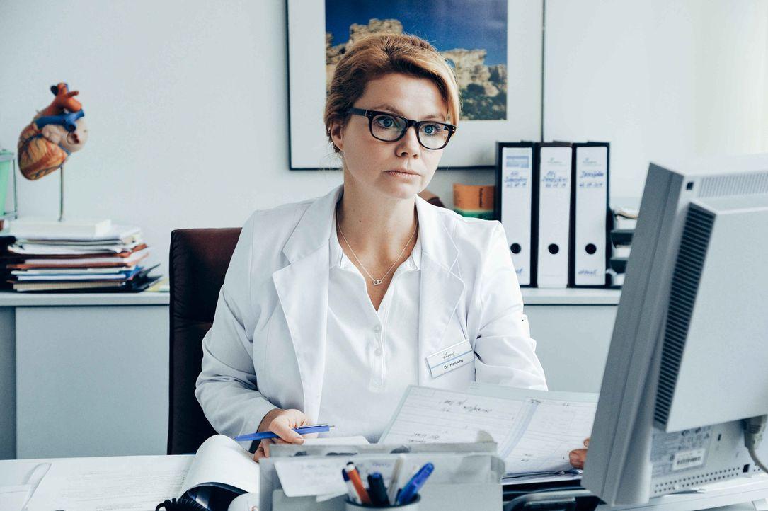 Der Tod ist ihr ständiger Begleiter: Transplantationschirurgin Dr. Hellweg (Annette Frier) muss erleben, dass Patienten die lange Wartezeit auf ein... - Bildquelle: Hardy Spitz SAT.1