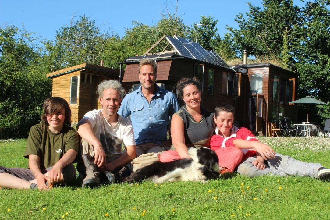 Abenteurer Ben Fogle (M.) trifft Familie Mason, die aus einer Sozialwohnung in London ausgezogen ist, um im Südwesten Englands als Selbstversorger z... - Bildquelle: Alice Wylie 2015 BBC / Renegade Pictures