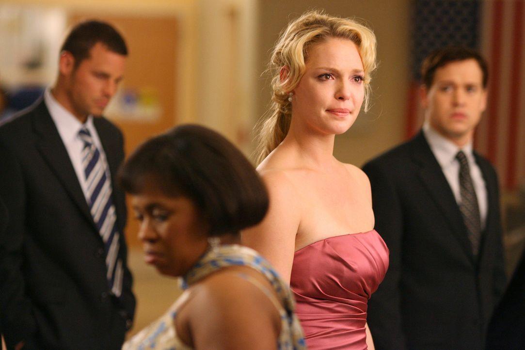 Izzie (Katherine Heigl, 2.v.r.) erreicht während des Abschlussballes eine sehr schlechte Nachricht ... - Bildquelle: Touchstone Television