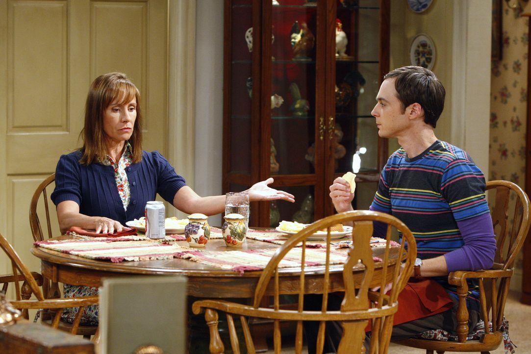 Nachdem Sheldon (Jim Parsons, r.) in der Uni öffentlich von Kripke gedemütigt wird, kündigt er seinen Job und geht zurück zu seiner Mutter (Laur... - Bildquelle: Warner Bros. Television