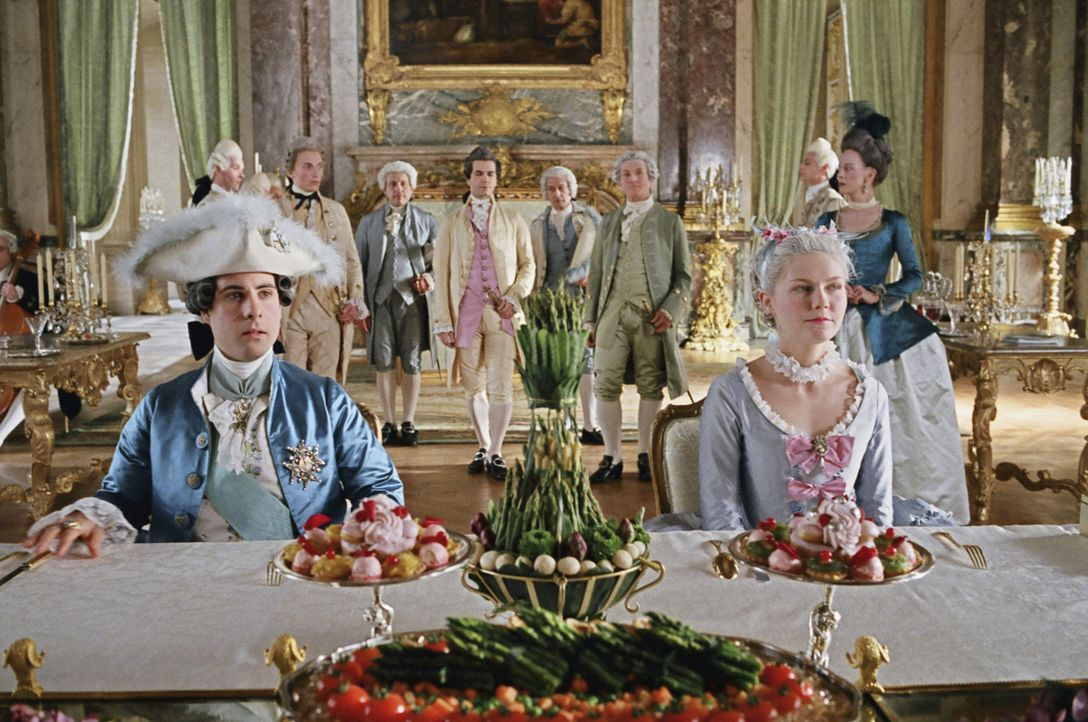 Beim ersten gemeinsamen Frühstück mit ihrem frisch angetrauten Ehemann Louis XVI (Jason Schwartzman, l.) versucht Marie-Antoinette (Kirsten Dunst,... - Bildquelle: 2006 I Want Candy, LLC. All Rights Reserved.