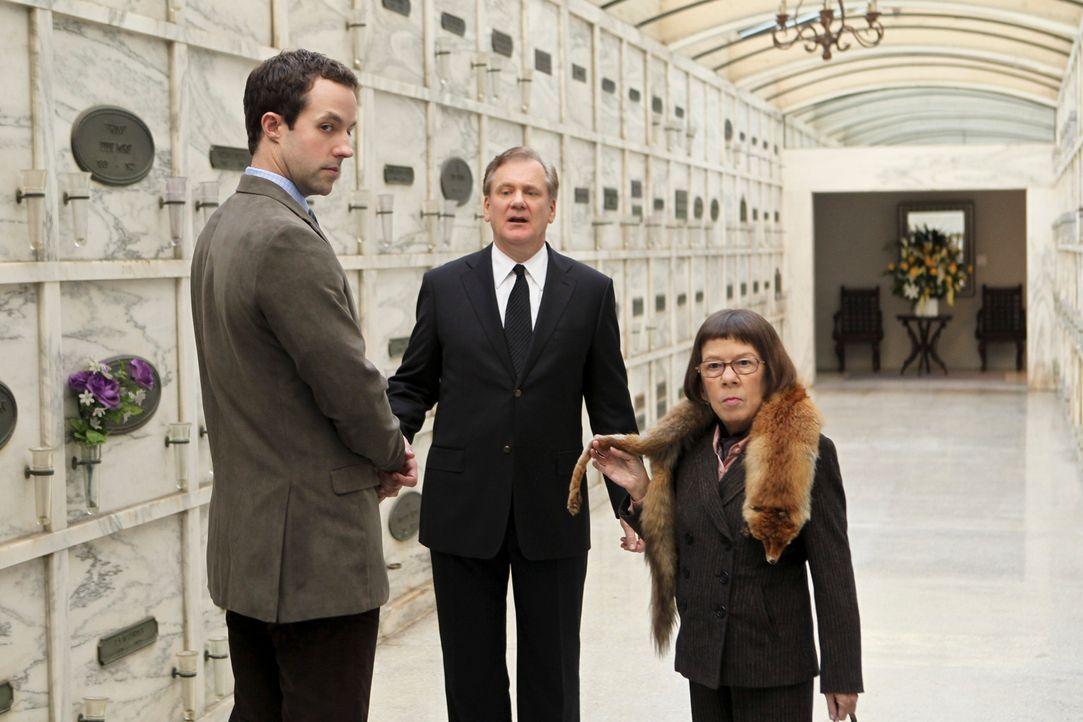 Um den Tod eines Soldaten aufzuklären, versuchen Hetty (Linda Hunt, r.) und Nate Getz (Peter Cambor, l.) bei David Lerner (David Bickford, M.) im Be... - Bildquelle: CBS Studios Inc. All Rights Reserved.