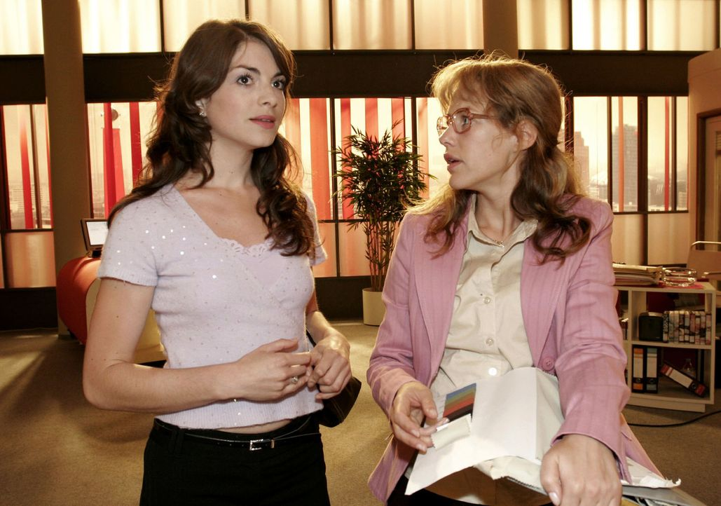 Lisa (Alexandra Neldel, r.) ist über Mariellas (Bianca Hein, l.) Vorwurf überrascht, dass sie angeblich die Medien auf sich aufmerksam gemacht hä... - Bildquelle: Sat.1