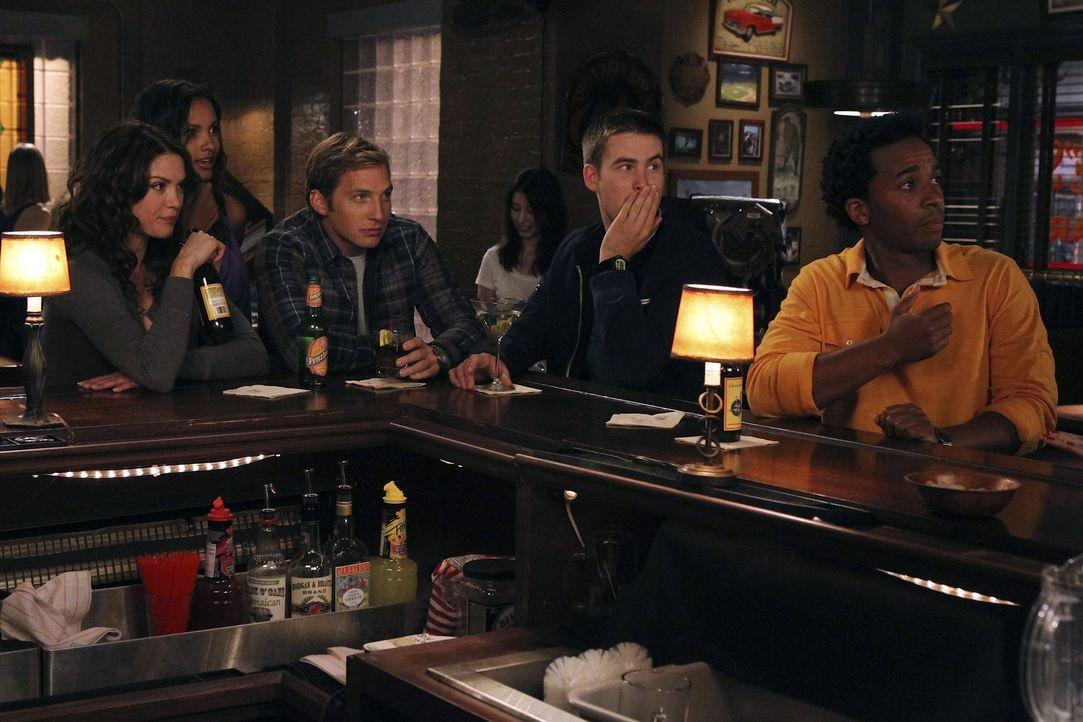 Sind immer für einander da: Fitz (Andre Holland, r.), Ben (Ryan Hansen, M.), Sara (Danneel Ackles, l.), Riley (Jessica Lucas, 2.v.l.) und Aaron (Za... - Bildquelle: NBC Universal, Inc.