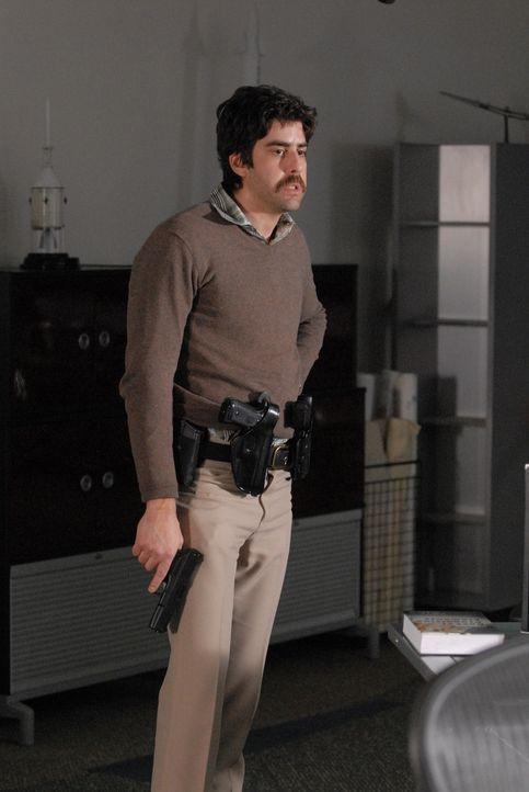 Bewaffnet stürmt Bruce (Adam Goldberg) das Firmengebäude: Bruce ist eine Woche zuvor - wie er meint - unberechtigt, entlassen worden und fordert sei... - Bildquelle: Paramount Network Television
