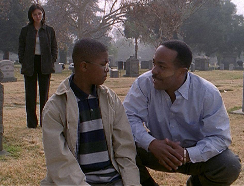 Prue (Shannen Doherty, l.) hat es geschafft, dass Gordon (Robert Gossett, r.) und sein Sohn (David Netter, M.) wieder zueinander gefunden haben ... - Bildquelle: Paramount Pictures