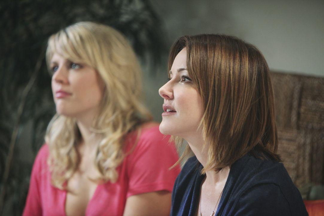 Auf Jules' Wunsch fahren Ellie (Christa Miller, r.) und Laurie (Busy Philipps, l.) mit ihr in ein wunderschönes Strandhotel, um weit ab von den Men... - Bildquelle: 2009 ABC INC.