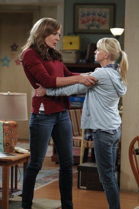 Da Christy (Anna Faris, r.) vergessen hat die Miete zu bezahlen, ist Bonnie (Allison Janney, l.) sauer auf sie ... - Bildquelle: Warner Bros. Television