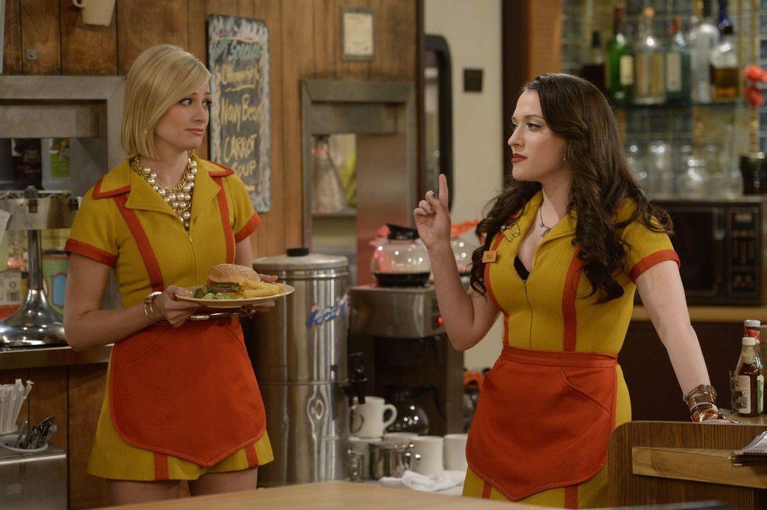 Als sie mitbekommt, dass Max (Kat Dennings, r.) sich wieder mit einer alten Freundin trifft, wird Caroline (Beth Behrs, l.) eifersüchtig und versuch... - Bildquelle: 2015 Warner Brothers