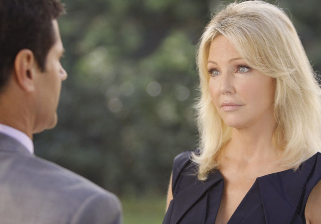 Michael (Thomas Calabro, l.) und Amanda (Heather Locklear, r.) haben eine gemeinsame Vergangenheit... - Bildquelle: 2009 The CW Network, LLC. All rights reserved.