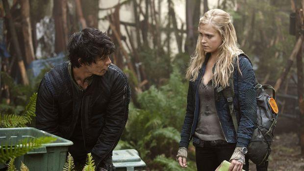 Als Bellamy (Bob Morley, l.) und Clarke (Eliza Taylor, r.) sich auf die Suche...