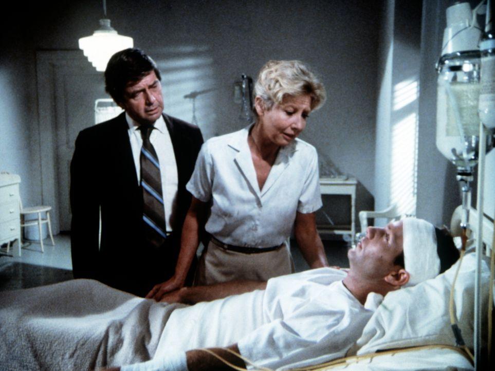 John-Boy Walton (Richard Thomas, r.) liegt schwer verwundet in einem Lazarett in Washington. Seine Eltern John (Ralph Waite, l.) und Olivia (Michael... - Bildquelle: WARNER BROS. INTERNATIONAL TELEVISION