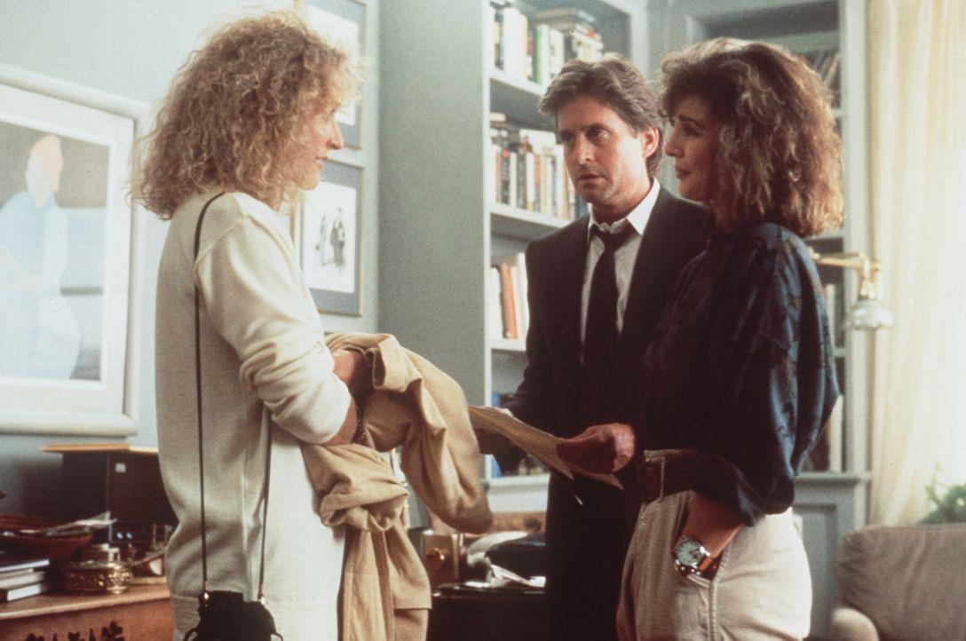 Alex (Glenn Close, l.) beginnt, trickreich in Dans (Michael Douglas, M.) und Beths (Anne Archer, r.) Privatsphäre einzudringen ... - Bildquelle: Paramount Pictures