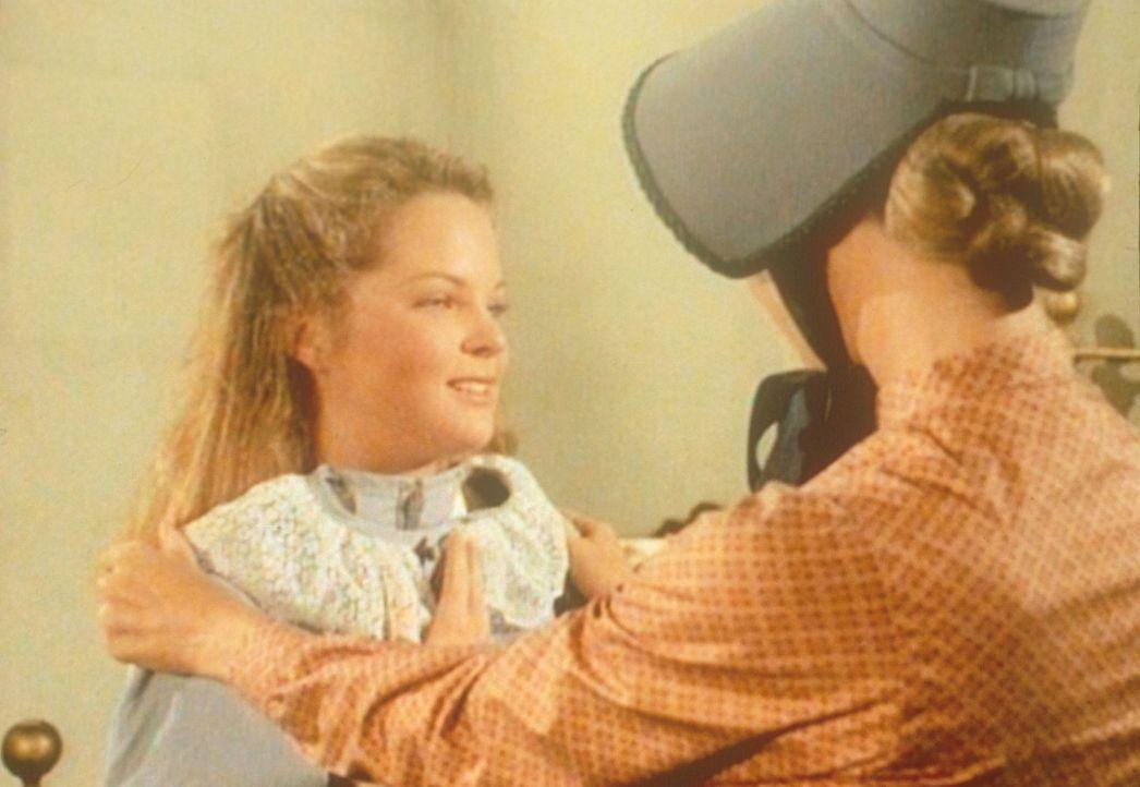 Caroline (Karen Grassle, r.) versucht herauszufinden, was ihre Tochter Mary (Melissa Sue Anderson, l.) bedrückt. - Bildquelle: Worldvision