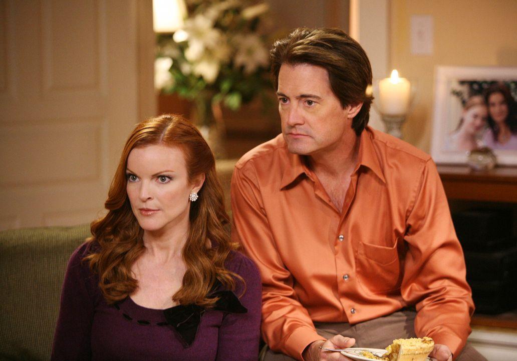 Bis ihr Haus wiederhergestellt ist, ziehen Bree (Marcia Cross, l.), Orson (Kyle MacLachlan, r.) und das Baby vorübergehend zu Susan ... - Bildquelle: ABC Studios