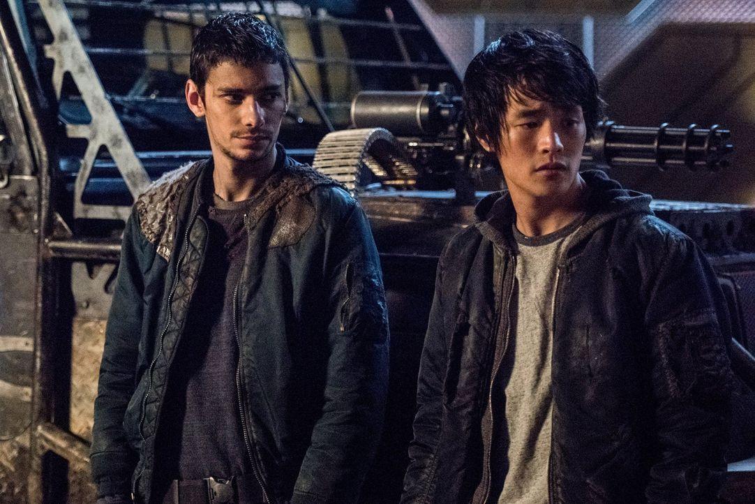 Gelingt es Jasper (Devon Bostick, l.) und Monty (Christopher Larkin, r.) endlich, ihre Freundschaft wieder aufleben zu lassen oder wird eine grausam... - Bildquelle: 2014 Warner Brothers