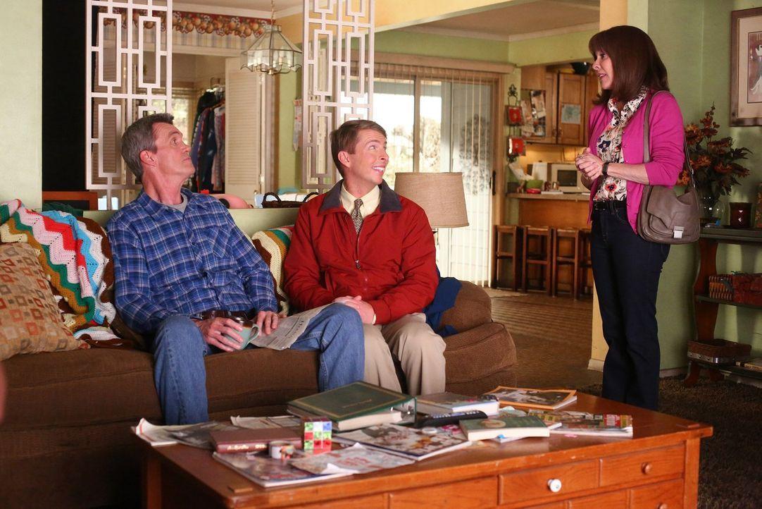 Als Mike (Neil Flynn, l.) und Dr. Goodwin (Jack McBrayer, M.) wegen Mikes Zahnschmerzen lügen, verstricken sie sich vor Frankie (Patricia Heaton, r.... - Bildquelle: Warner Bros.