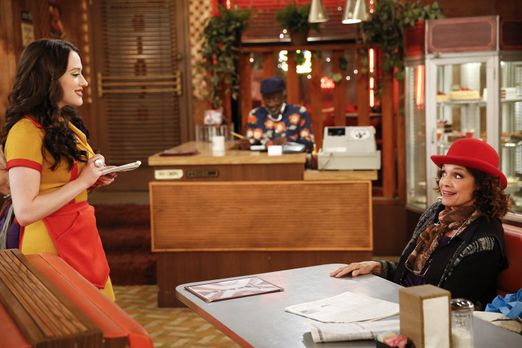 2 Broke Girls - Als Nola Anderz (Valerie Harper, r.) ins Diner kommt, ahnt Ma...