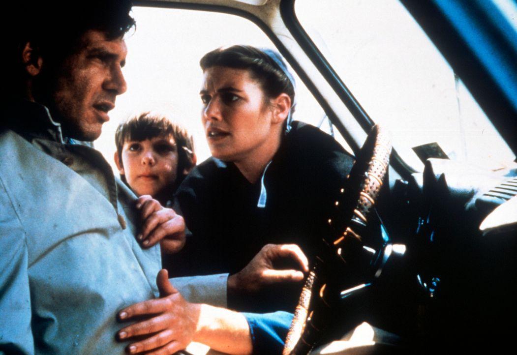 Um Rachel (Kelly McGillis, r.) und ihren Sohn Samuel (Lukas Haas, M.)  vor den Killern in Sicherheit zu bringen, setzt Captain John Book (Harrison F... - Bildquelle: Paramount Pictures
