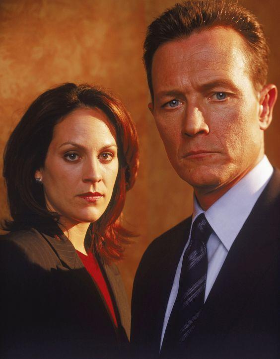 (9. Staffel) - Agent John Doggett (Robert Patrick, r.) und Agent Monica Reyes (Annabeth Gish, l.) ergänzen sich im FBI-Team perfekt. - Bildquelle: TM +   Twentieth Century Fox Film Corporation. All Rights Reserved.