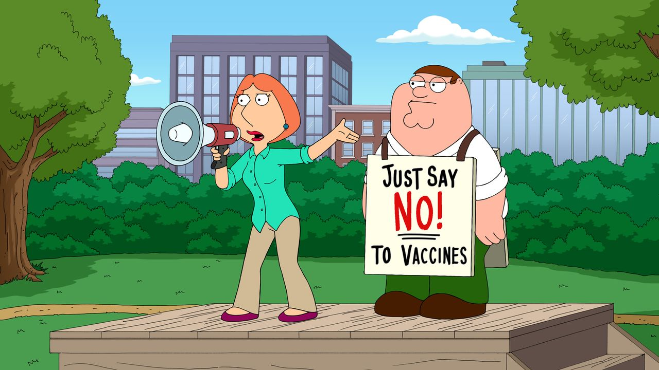 Nachdem sie von den potentiellen Nebenwirkungen von Impfungen erfährt, beharrt Lois (l.) darauf, Stewie nicht impfen zu lassen, wovon sie auch Peter... - Bildquelle: 2016-2017 Fox and its related entities.  All rights reserved.