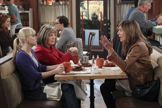 Mom - Marjorie (Mimi Kennedy, 2.v.l.) macht Christy (Anna Faris, l.) und Bonn...