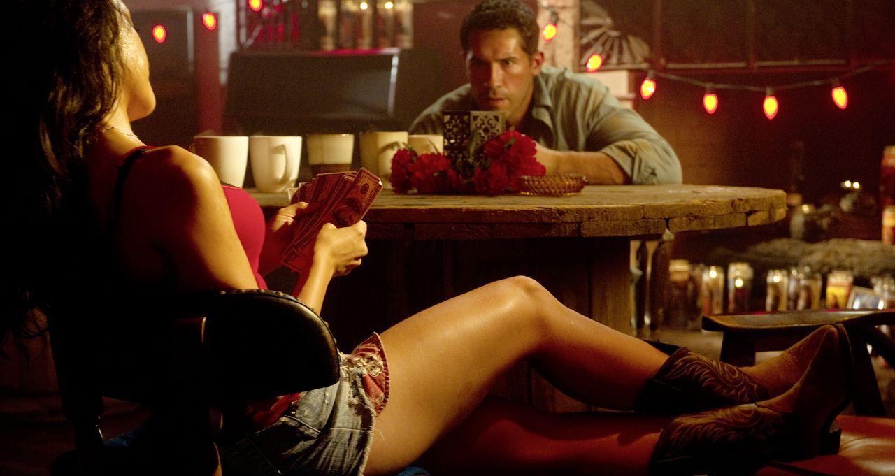 Verlieben sich ineinander: ''The Man'' (Scott Adkins, r.) und Barfrau Anna (Yvette Yates, l.). Doch kann der Namenlose ihr trauen? - Bildquelle: 2014 Tiberius Film GmbH.