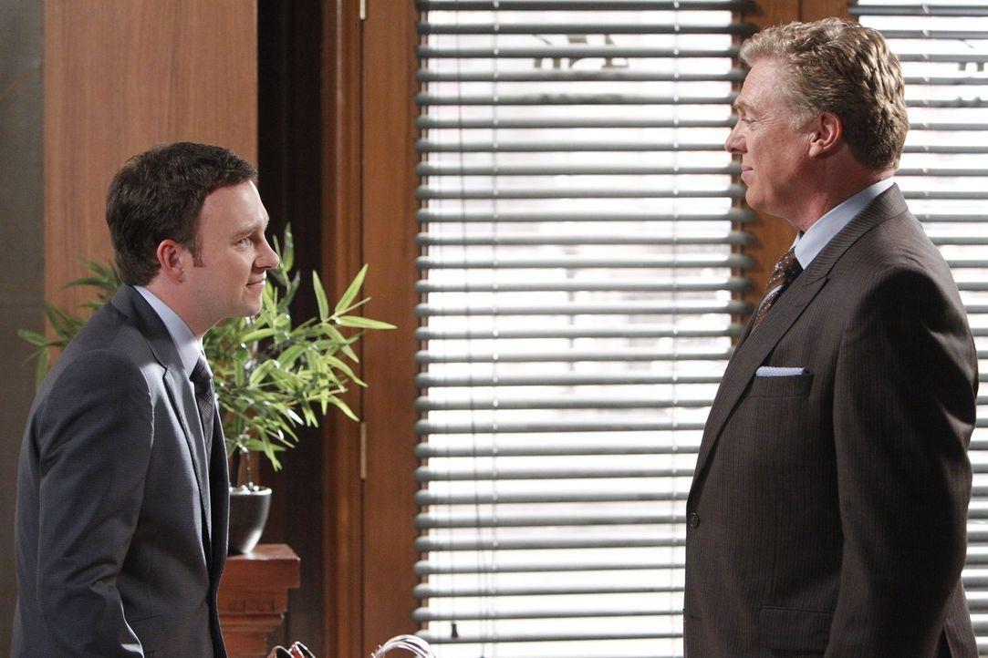 Neue Fälle warten auf Tommy (Christopher McDonald, r.) und Adam (Nathan Corddry, l.) ... - Bildquelle: Warner Bros. Television