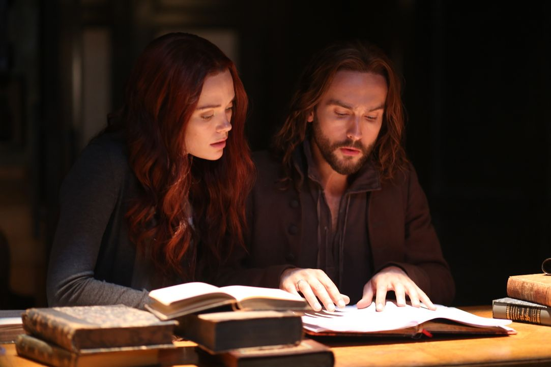 Während Ichabod (Tom Mison, r.) und Hawley nach dem Sukkubus Ausschau halten, müssen Katrina (Katia Winter, l.) und Abbie deren Herz finden ... - Bildquelle: 2014 Fox and its related entities. All rights reserved