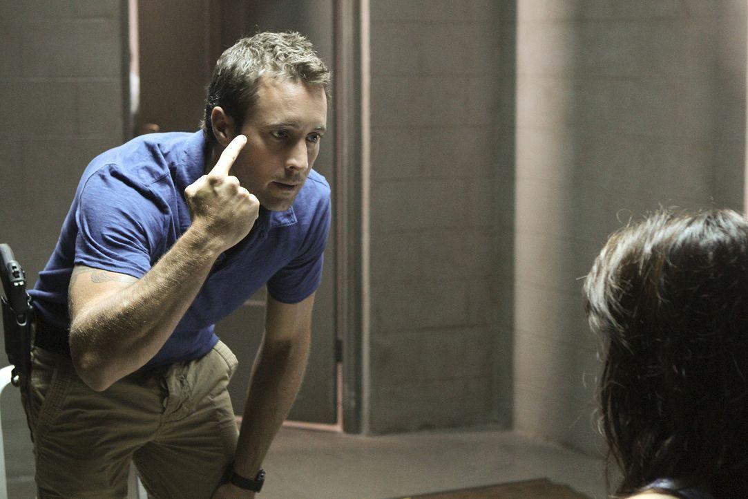 Gemeinsam mit Chin versucht Steve (Alex O'Loughlin, l.) herauszufinden, ob Kono (Grace Park, r.) wirklich mit Gangsterboss Delano unter einer Decke... - Bildquelle: TM &   CBS Studios Inc. All Rights Reserved.