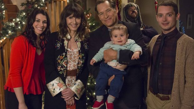 Wilfred (Jason Gann, 2.v.r.) ruiniert das Weihnachtsfest und spielt Kristen (...