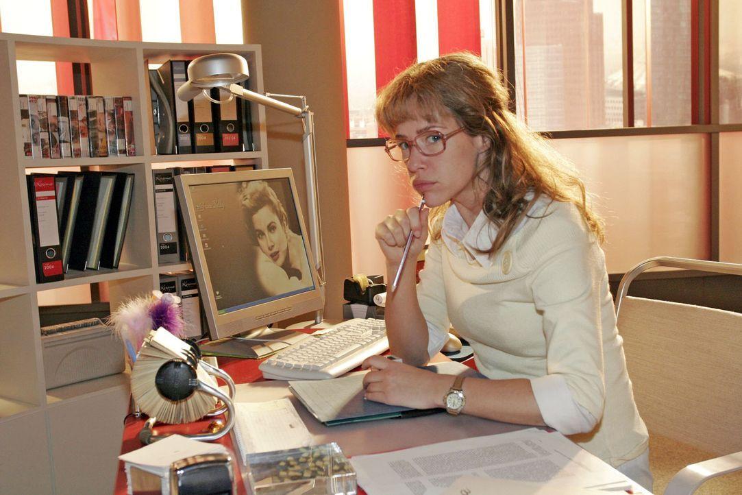 Worüber die schon wieder reden? Skeptisch beobachtet Lisa (Alexandra Neldel) von ihrem Schreibtisch aus David und Max. (Dieses Foto von Alexandra Ne... - Bildquelle: Noreen Flynn Sat.1