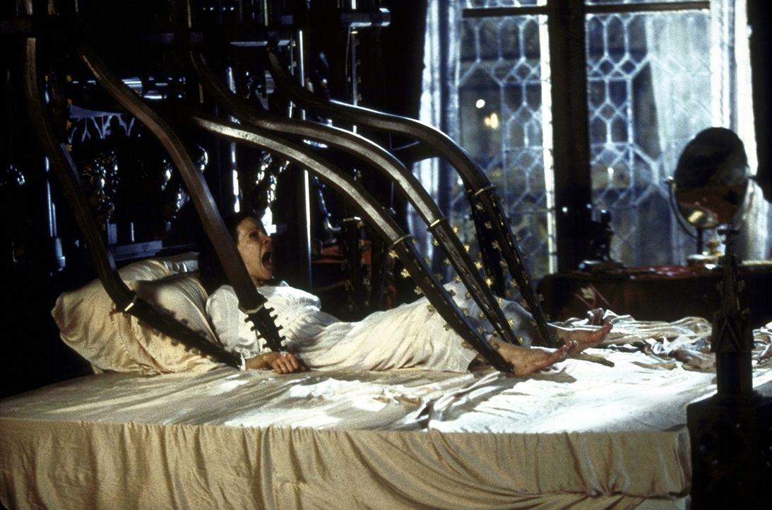 Die Macht des Geisterhauses scheint erneut zu erwachen. Auch Nell (Lili Taylor) ist dem Terror ausgesetzt ... - Bildquelle: TM &  1999 Dreamworks L.L.C. All Rights Reserved