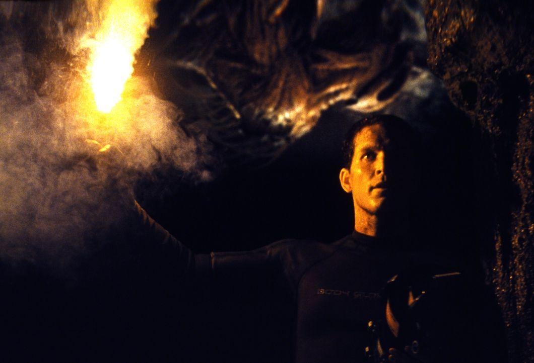 In der unterirdischen Höhle wartet eine grausame Kreatur auf Expeditionsanführer Jack (Cole Hauser) und seine Kollegen ... - Bildquelle: Cos Aelenei 2005 Cineblue Internationale Filmproduktionsgesellschaft MbH & Co. 1. Beteiligungs KG.  All Rights Reserved.