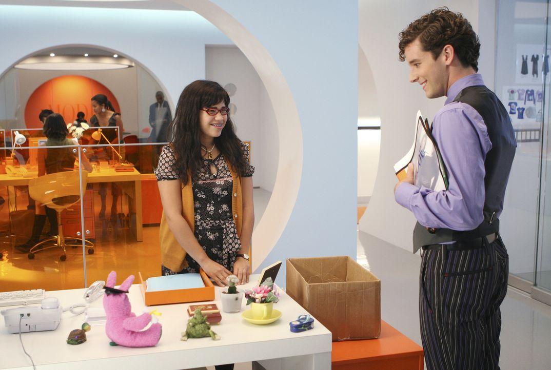 Marc (Michael Urie, r.) macht sich über Betty (America Ferrera, l.) und ihren geschmückten Schreibtisch lustig ... - Bildquelle: Buena Vista International Television