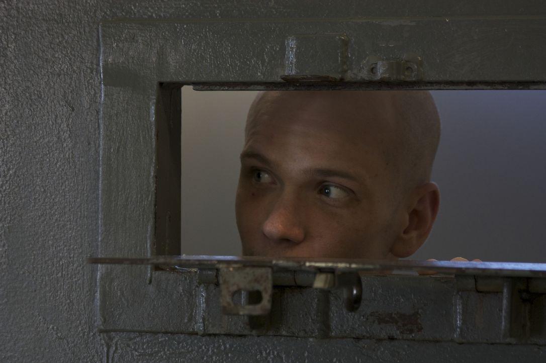 Wagt einen Blick aus seiner Zelle: Straftäter Dwayne Rosier ... - Bildquelle: Andrew Baker 2010 NGC Network US, LLC All Rights Reserved