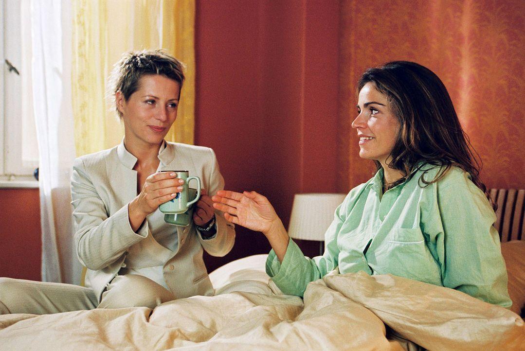 Während Felix hinter Gittern sitzt, trinkt Sandra (Rebecca Immanuel, r.) mit Patricia (Barbara Demmer, l.) ihren Morgenkaffee. Ihre Gedanken sind j... - Bildquelle: Sat.1
