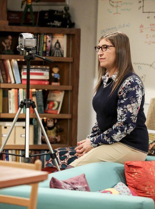 """Unterstützt ihren Verlobten, als dieser unbedingt die Rolle seines Kindheitsidols """"Professor Proton"""" in der Neuauflage verkörpern will: Amy (Mayim B... - Bildquelle: Warner Bros. Television"""