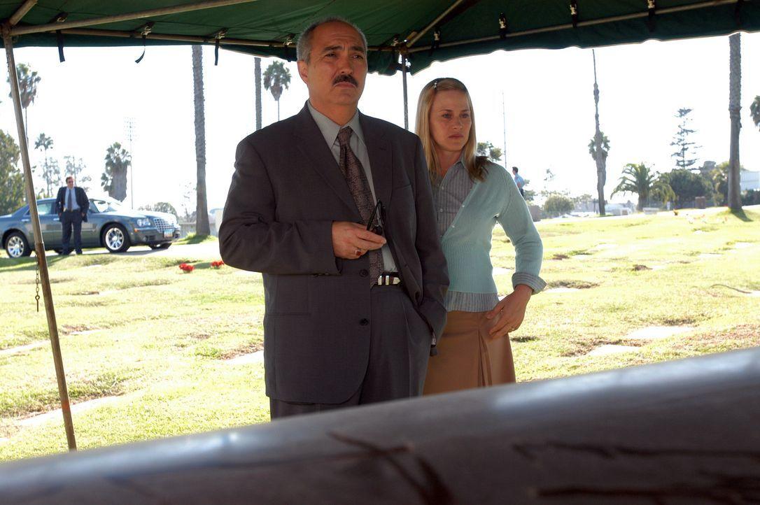 Allison (Patricia Arquette, r.) hatte eine Vision. Devalos (Miguel Sandoval, l.) lässt daraufhin die Leiche eines ermordeten Polizisten exhumieren... - Bildquelle: Paramount Network Television