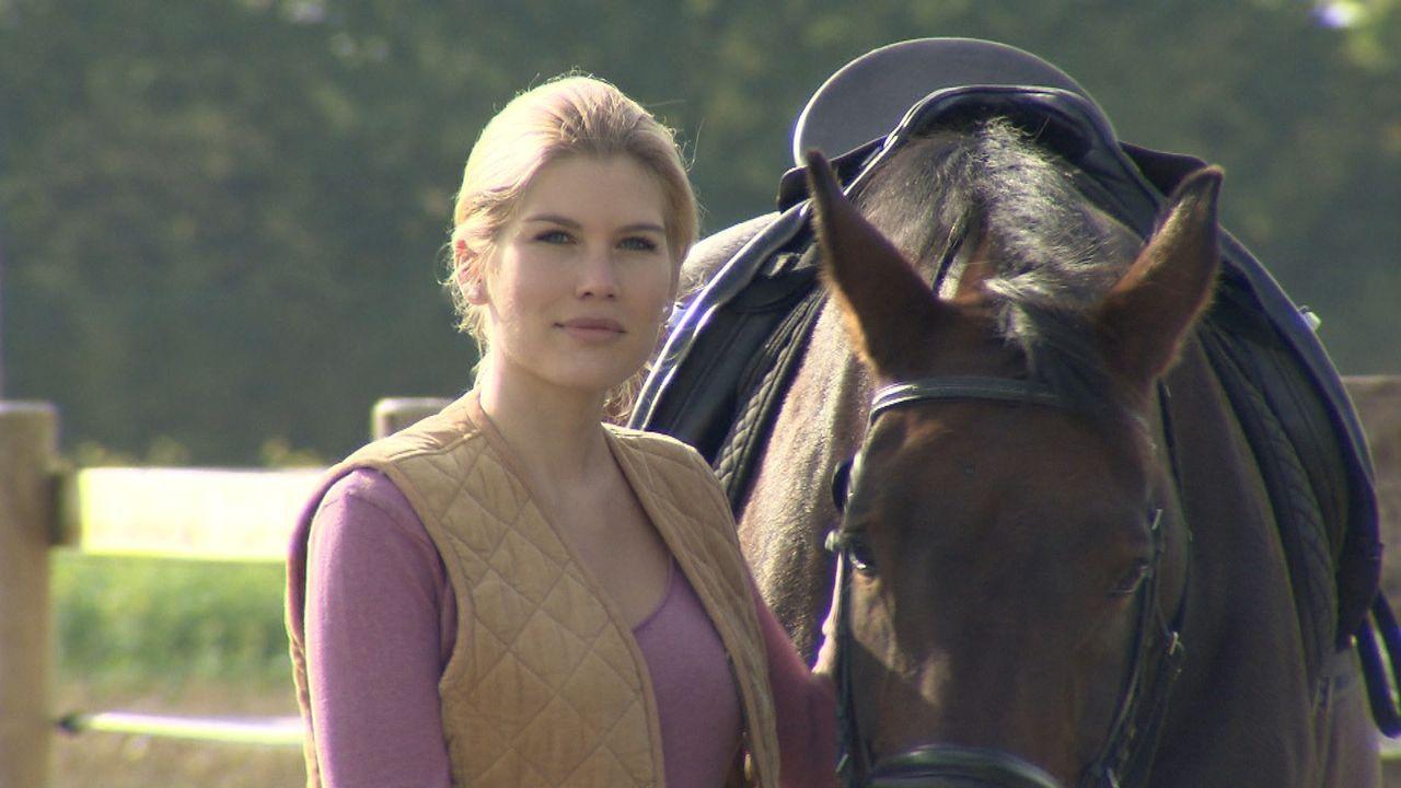 """Seit dem Tod ihrer Mutter lässt Alexandra keinerlei Gefühle zu. Auf dem Reiterhof ihres Vaters wird die 29-Jährige von allen nur die """"Eiskönigin... - Bildquelle: SAT.1"""