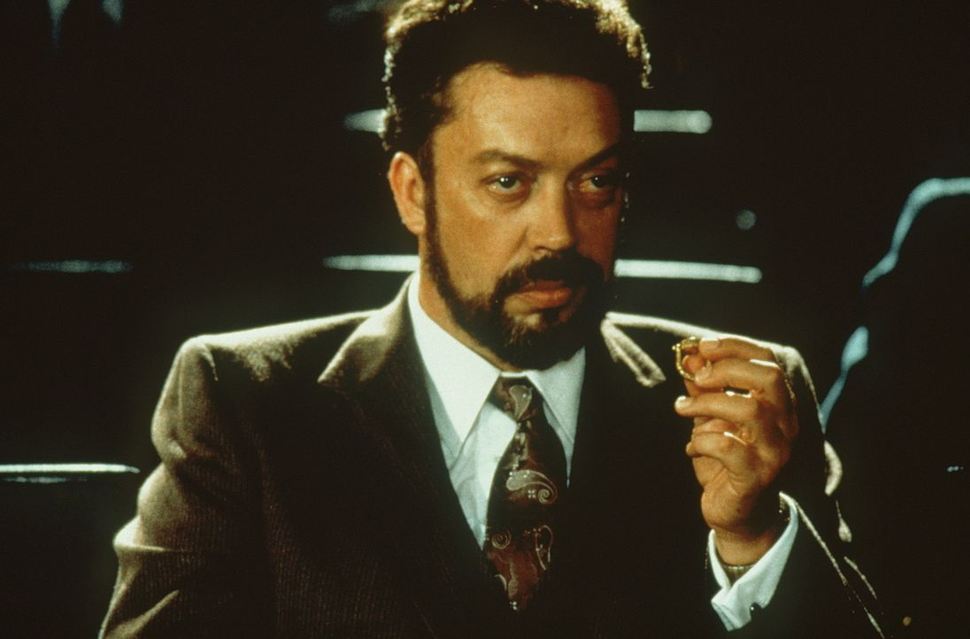 Unglücklicherweise nimmt auch der dubiose rumänische Schatzsucher Homolka (Tim Curry) an der Expedition teil ... - Bildquelle: Paramount Pictures